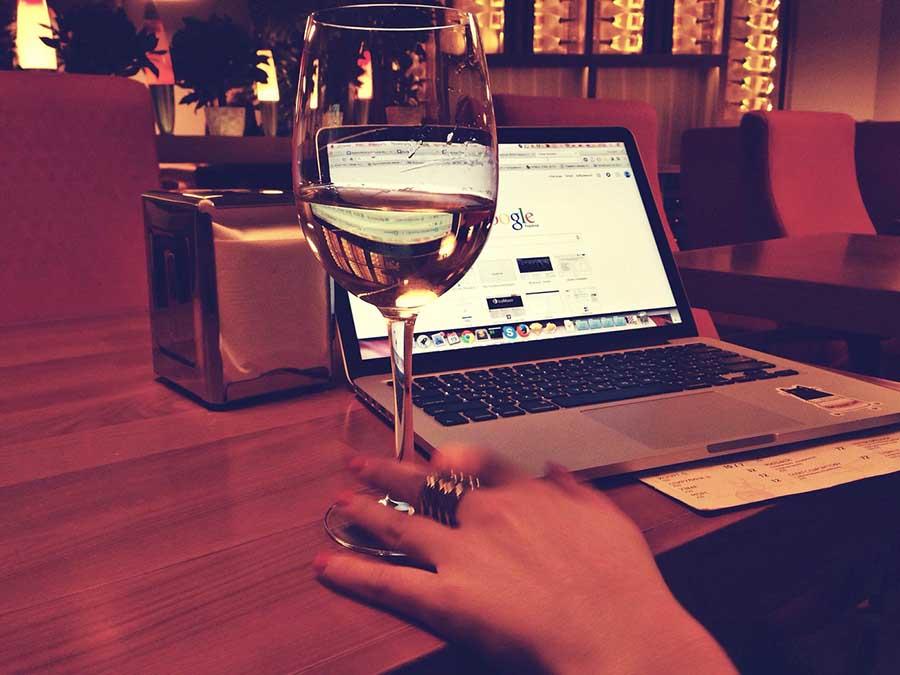 computador e vinho