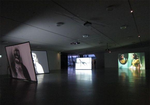 Exibição de filmes em uma galeria de arte