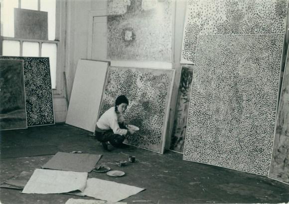 YAYOI KUSAMA em seu estúdio em Nova York, c.1958–59 / Imagem cortesia: Ota Fine Arts, Tóquio / © Yayoi Kusama, Yayoi Kusama Studio Inc.