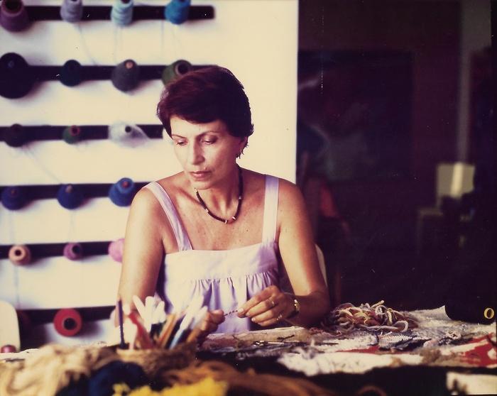 Maria Angela Magalhães em seu ateliê Artesanato Guanabara déc.1970