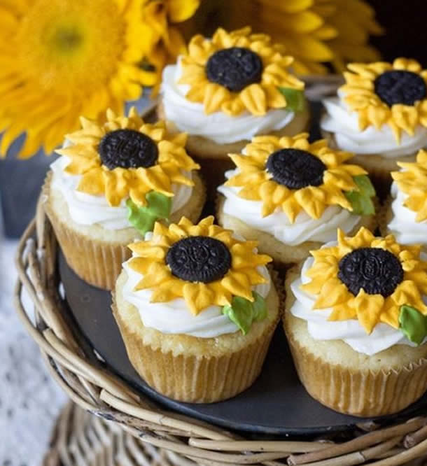 Cupcakes Decorado com Girassois de Bico Folha