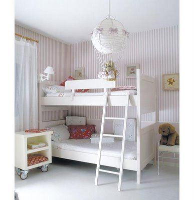 Quarto decorado infantil, branco e camas duplas