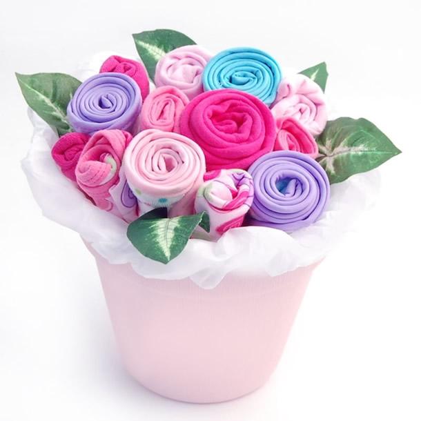 enfeites-para-cha-de-bebe-flores-roupas