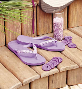 Chinelo de praia decorado com botões