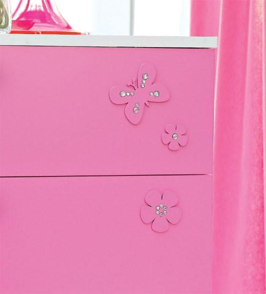 Detalhes da decoração da cômoda rosa da Barbie