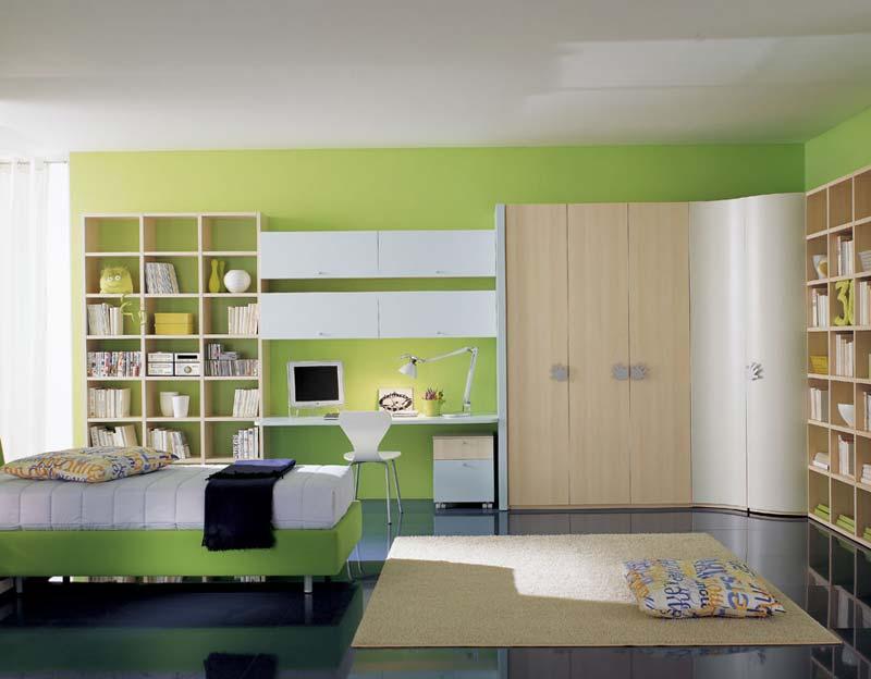 Quarto decorado, verde claro com espaço aproveitado.