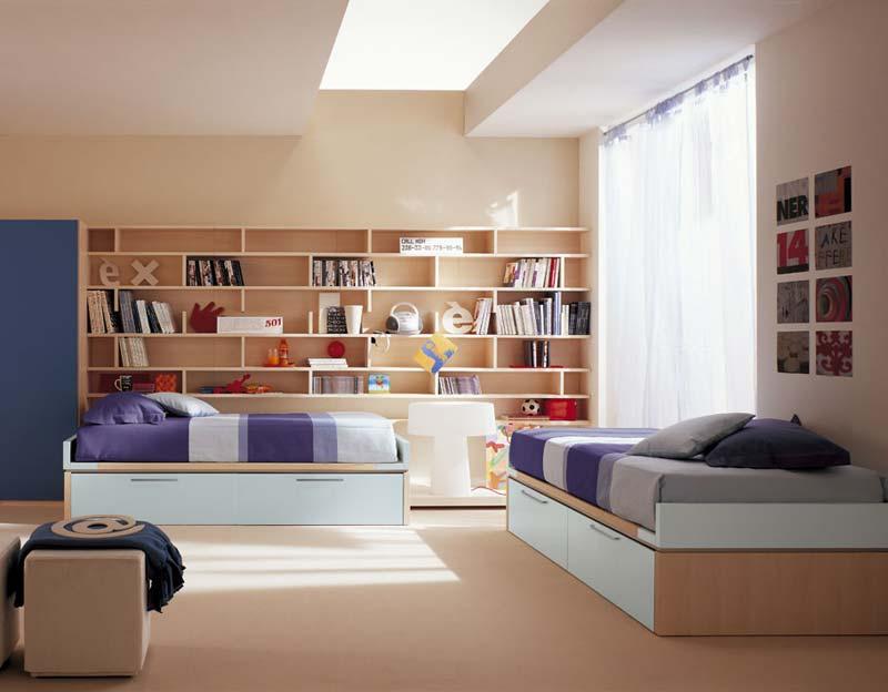Quarto decorado, duas camas em cor clara.
