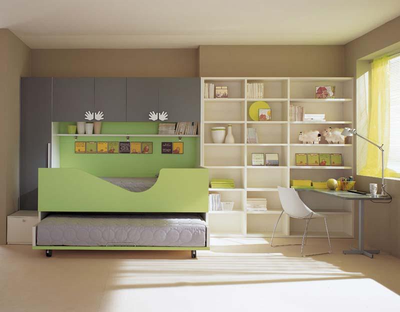 Quarto decorado minimalista, cama, escritório e livros.