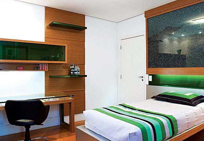 Quarto decorado com madeira, cores: preto, verde e branco.