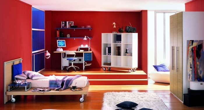 Quarto decorado grande na cor vermelha.