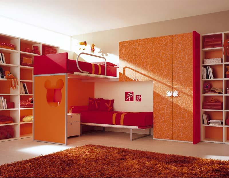 Quarto decorado, duas camas, cor de abobora.