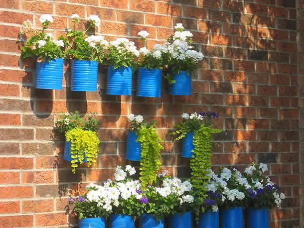 Flores com latas decoradas de alumínio