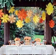 Flores de papel penduradas para decoração