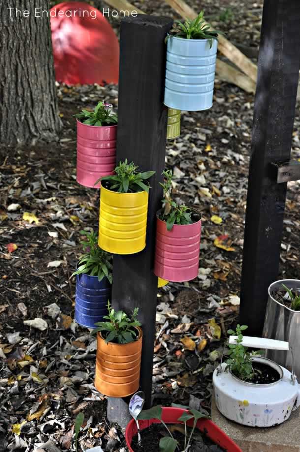 Pequena hortal com latas coloridas