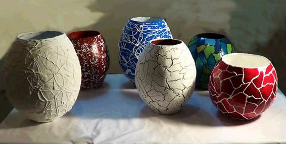 Vasos de artesanato com jornal
