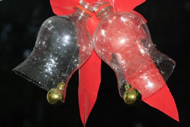 enfeites-de-natal-com-garrafas-pet-sinos-transparentes
