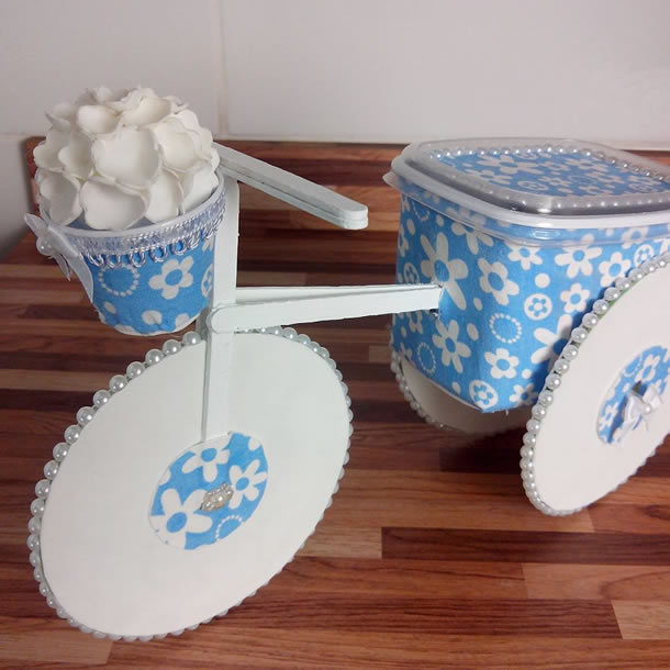 artesanato-com-potes-de-margarina-bicicleta-azul