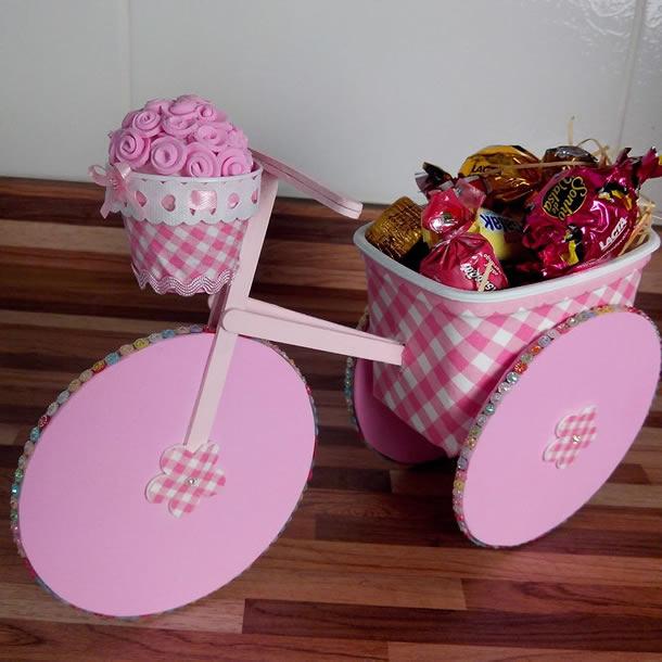 artesanato-com-potes-de-margarina-bicicleta-rosa
