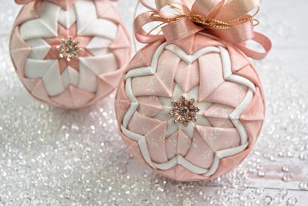 bolas-de-natal-de-patchwork-rosa