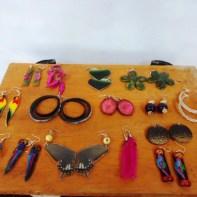 Aretes guadua, chaquira, semillas, totumo, mariposas, durepox, plumas,madera, cacho.
