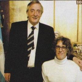 Luis alberto Spinetta con Kirchner en 2005, cuando tocó en la Casa Rosada.