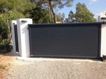 Portail noir en aluminium sur murets blancs avec portail, arrière