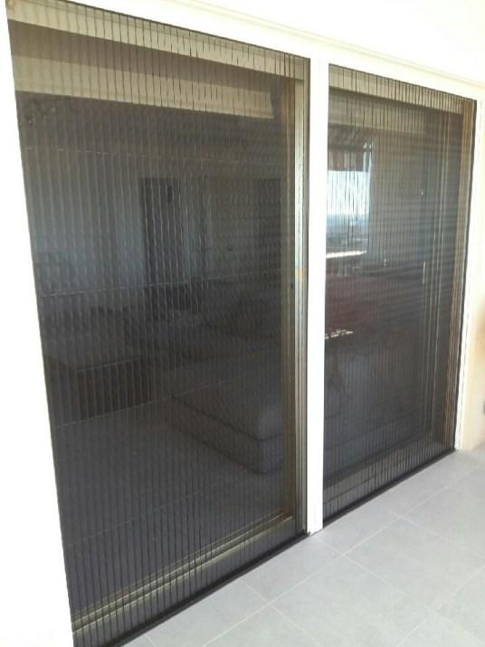 Moustiquaire posée sur fenêtre, dalles