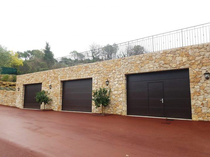 portes de garages sur mur en pierre