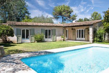 petite villa avec piscine et fenêtres PVC