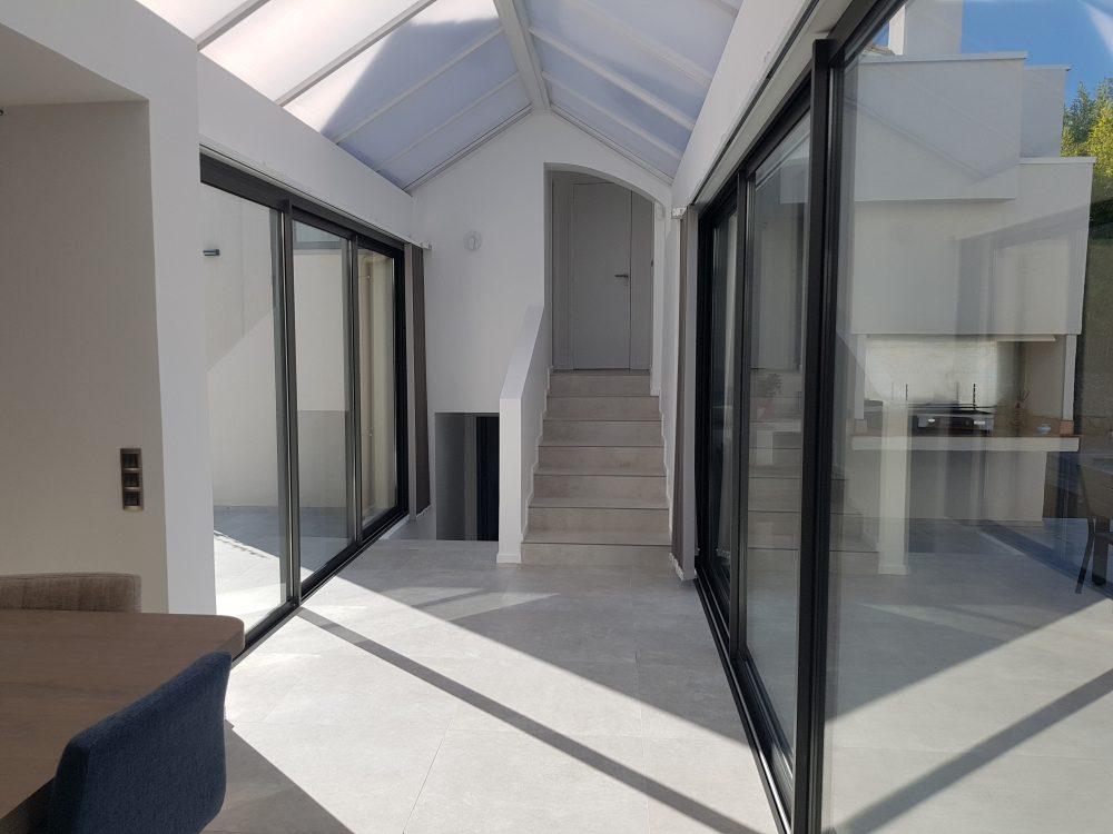 grandes baies vitrées coulissantes sur escalier