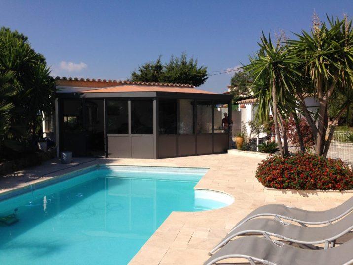 véranda noire avec terrasse et piscine