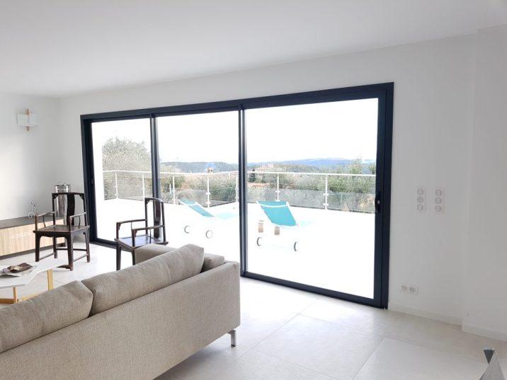 salon moderne avec vue et large baie vitrée