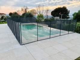 garde corps en verre et métal autour d'une piscine extérieure