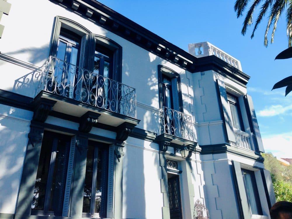 Fenêtres PVC sur maison blanche avec balcons