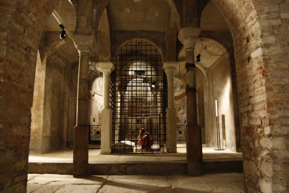 Veduta della statua di San Carlo Borromeo Cripta di San Sepolcro Milano