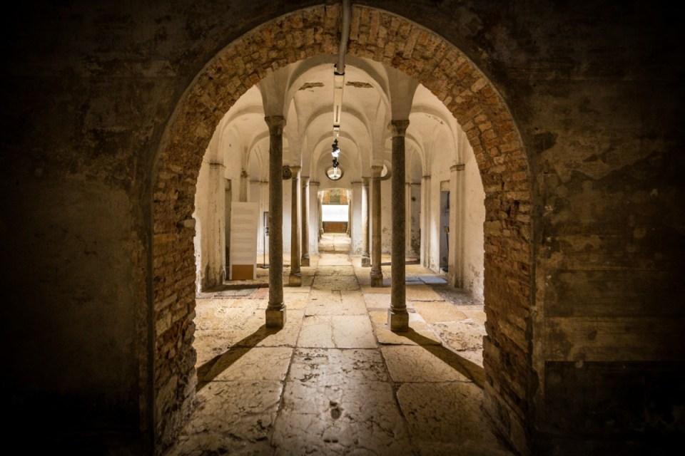 Particolare della volta centrale della Cripta con il lastricato in marmo di Verona del Foro romano