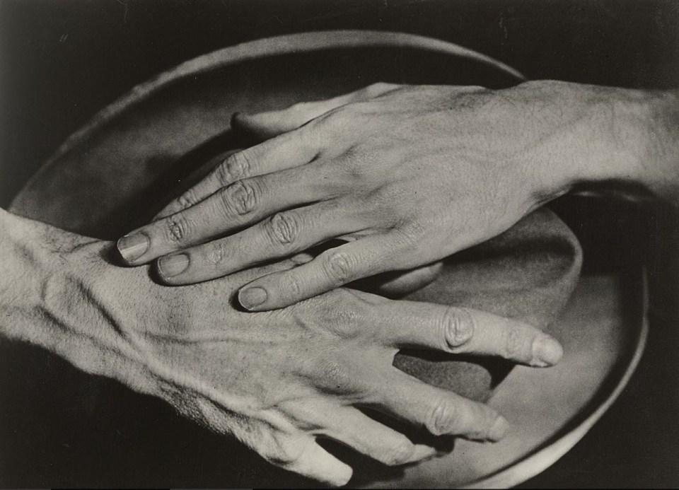 Las manos de Jean Cocteau. Fotografía de Berenice Abbott.