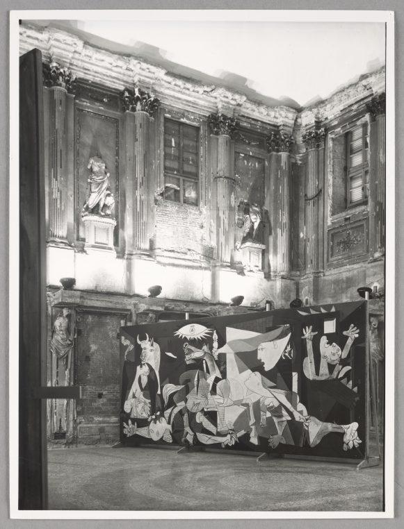 El Guernica llega a España.