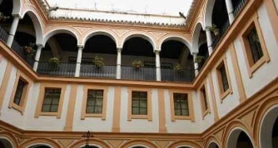 Cuerpos superiores del patio del aljibe, formados por ventanas y galería con arcos soportados con columnas y pequeña cornisa