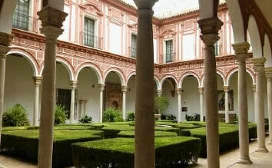 Patio de los Bojes del Museo de Bellas Artes de Sevilla, donde se muestran diversos azulejos procedentes de las desamortizaciones, así como una hornacina