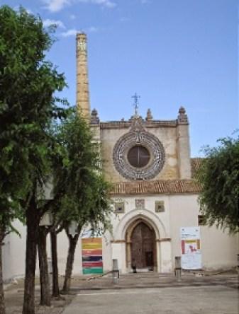 Patio del Ave María con el Pórtico de las Cadenas al fondo y sobre él el rosetón de la Iglesia
