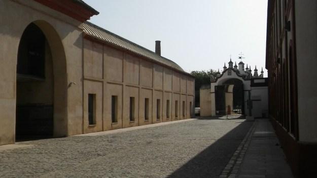 Zona de la Puerta del Río. A la izquierda se puede observar las dependencias de antiguos talleres y el portón de la zona fabril. A la derecha, los edificios de talleres, antiguos silos. Hoy en día, estas estancias las ocupa el Instituto Andaluz de Patrimonio Histórico
