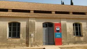 Fachada de los antiguos almacenes que alojan al actual campamento Búho del CAAC