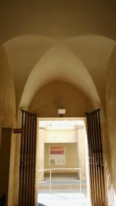 Foto tomada desde la antigua sacristía, desde la cual se ve el gran patio del claustrón. Esta sacristía fue transformada en cocina durante la ocupación napoleónica del Monasterio de la Cartuja