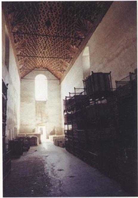 Almacén de loza en el Refectorio del Monasterio de la Cartuja - se puede observar el entramado de madera de la cubierta (Fuente: Maestre, 1993, p. 57)