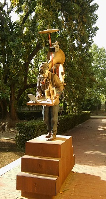 Escultura al artista multidisciplinar en los jardines del Monasterio de Santa María de las cuevas, junto al antiguo Pabellón Real, hoy sede de talleres del Centro Andaluz de Arte Contemporáneo