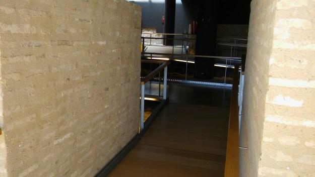 Acceso al interior del Castillo de San Jorge desde la barbacana y la Puerta de Barcas