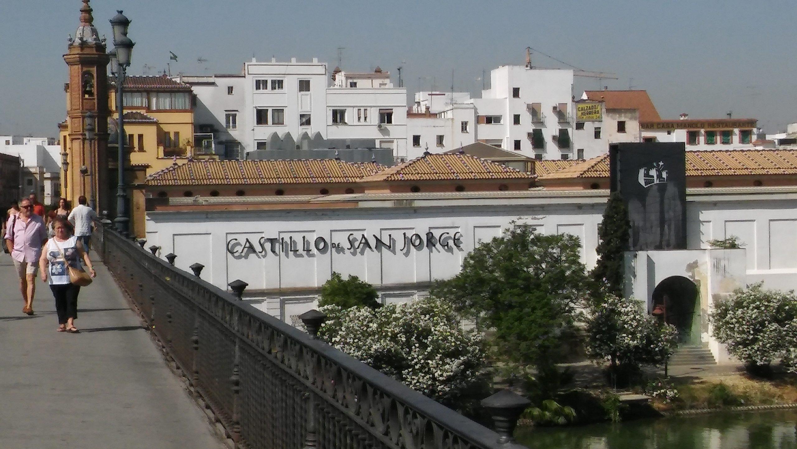 Castillo de San Jorge visto desde el Puente de Triana (Foto: Francisco Calvo)