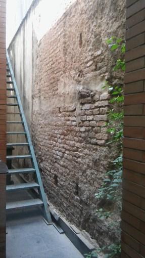 Muro de mampostería del Castillo de San Jorge. Está ubicado tras el mercado, en la cara oeste de la construcción (Foto: Francisco Calvo)
