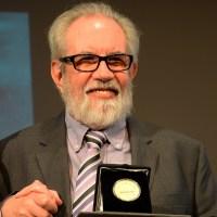Entregan la Medalla Bellas Artes 2016 al dramaturgo José Ramón Enríquez